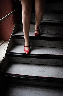 Frau in roten Schuhen - p1229m2122383 von noa-mar