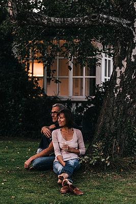 Mature couple relaxing in garden - p586m1178444 by Kniel Synnatzschke