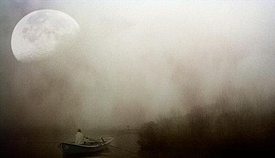 Ruderer im Nebel und unter dem Mond - p9792052 von Jaeckel
