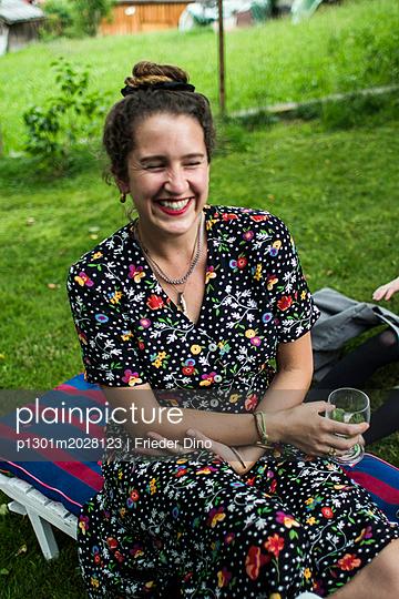 Junge Frau mit Blumenkleid - p1301m2028123 von Delia Baum