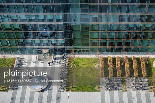 Fassade eines Bürogebäudes, München, Bayern, Deutschland - p1316m1160887 von Daniel Schoenen