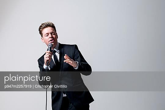 Elegant singer, Portrait - p947m2257919 by Cristopher Civitillo