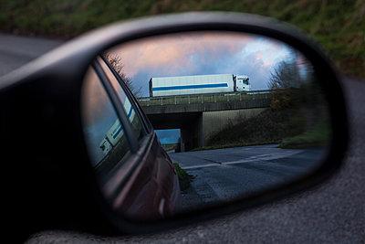 LKW überquert eine Brücke - p1057m1503175 von Stephen Shepherd