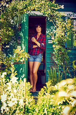 Frau im Gartenhaus - p1312m1176992 von Axel Killian