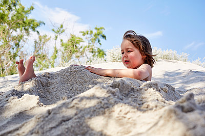 Little boy playing in the sand - p1511m2223080 by artwall