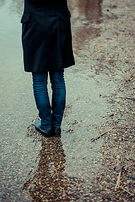 Man stands in a puddle - p750m1497087 by Silveri