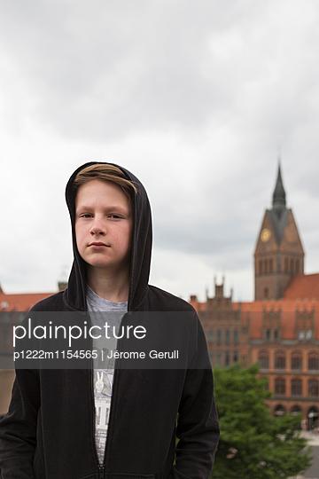 Junge vor einer Kirche - p1222m1154565 von Jérome Gerull