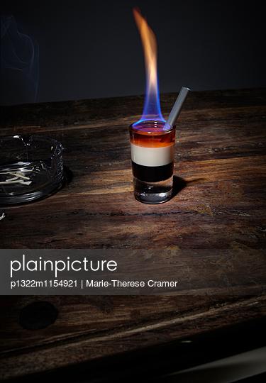 ´B52´-Cocktail an der Bar - p1322m1154921 von Marie-Therese Cramer