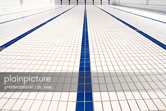 Blue and white tiles in empty pool - p1625m2263147 by Dr. med.
