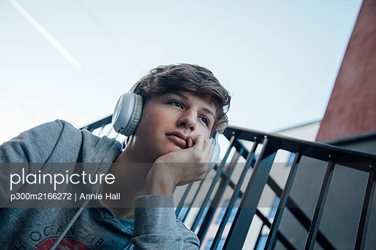 Portrait of teenager with headphones, thoughtful - p300m2166272 by Annie Hall