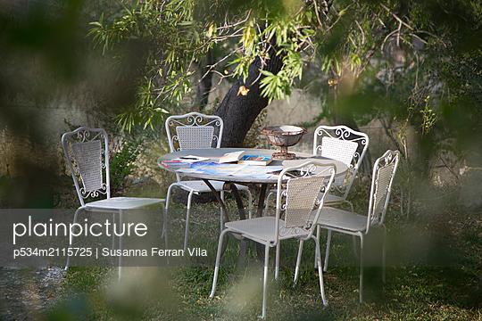 White garden furniture - p534m2115725 by Susanna Ferran Vila