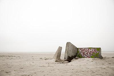 Bunker Reste am Strand von Blåvand - p1162m949120 von Ralf Wilken