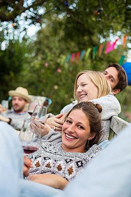 Freunde trinken Rotwein auf einer Gartenparty - p788m1165268 von Lisa Krechting