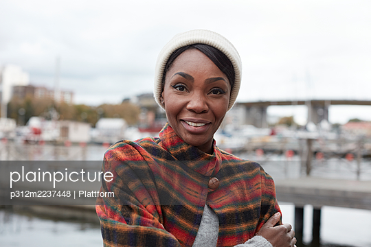 Portrait of woman looking at camera - p312m2237448 by Plattform