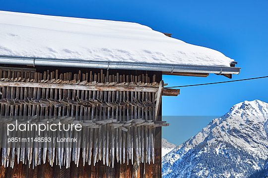 Alpine hut in snowscape - p851m1148593 by Lohfink