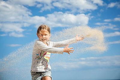 Mädchen mit Sand - p712m1541266 von Jana Kay