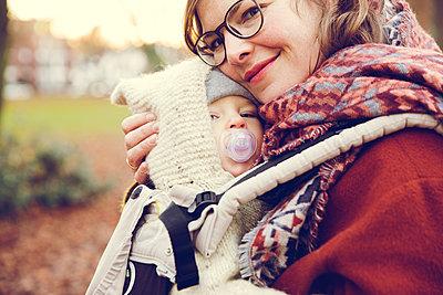 Herbstspaziergang, Mutter mit Kind - p904m1193463 von Stefanie Päffgen