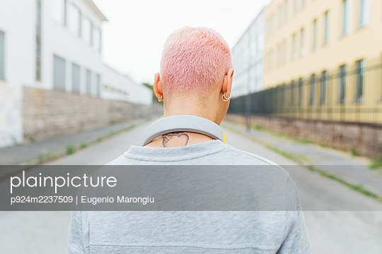 Rear view of young woman with short pink hair - p924m2237509 by Eugenio Marongiu