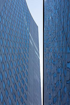 Germany, Leipzig, facade of City-Hochhaus and university building - p300m2029150 von Christina Falkenberg