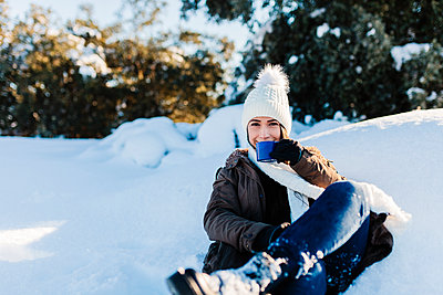 Madrid, Spain. Woman spending time in the snowy countryside in warm clothes. - p300m2286917 von Manu Reyes