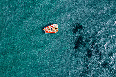 Woman on air mattress in the sea, drone photography - p713m2289217 by Florian Kresse