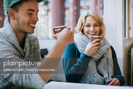 Junges Paar trinkt Kaffee - p586m971649 von Kniel Synnatzschke