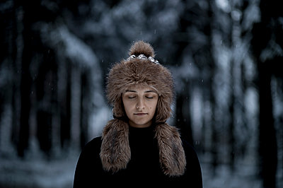 Young woman with fur hat - p552m2244528 by Leander Hopf