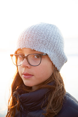 Portrait of girl with eyeglasses and knit cap - p756m2157796 by Bénédicte Lassalle