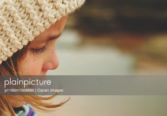 plainpicture - plainpicture p1166m1568886 - Close-up of sad girl wearin... - plainpicture/Cavan Images