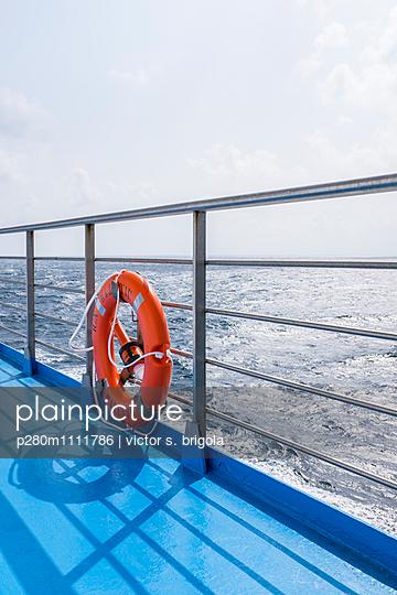 Rettungsring auf einem Schiff - p280m1111786 von victor s. brigola