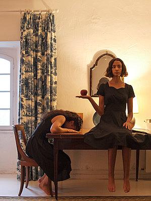 Zwei Frauen in schwarzen Kleidern - p1105m2128787 von Virginie Plauchut