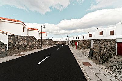 Wohnstraße in Los Cancajos auf der Kanareninsel La Palma - p1162m1461825 von Ralf Wilken