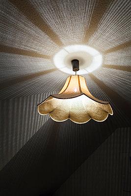 Ceiling light in living room - p1293m1193485 by Manuela Dörr