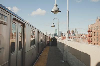 U-Bahnstation New York und Skyline - p1345m1225488 von Alexandra Kern