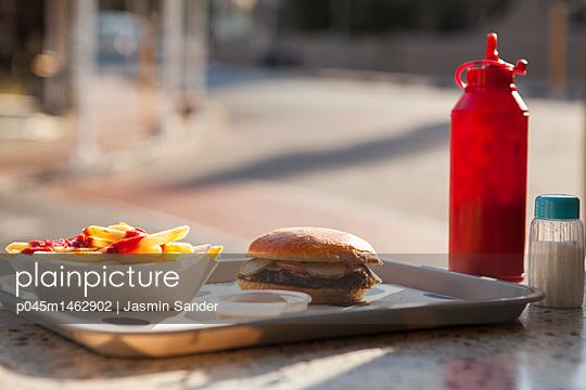Tablett mit Burger und Pommes - p045m1462902 von Jasmin Sander