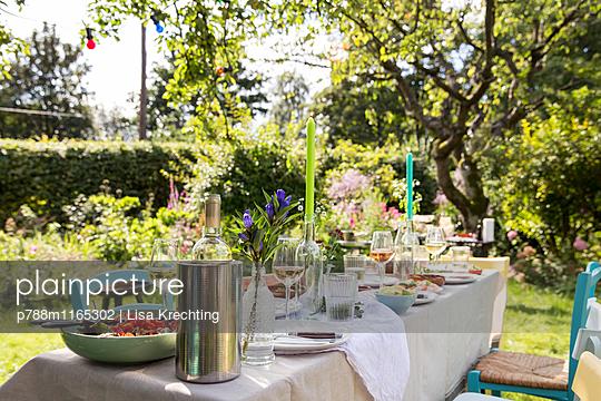 Gedeckter Tisch im Garten - p788m1165302 von Lisa Krechting