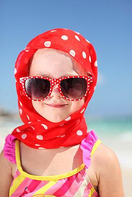 Kleines Mädchen am Strand - p045m788377 von Jasmin Sander