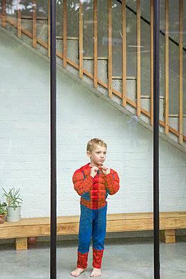 kleiner Junge am Fenster - p1156m1585868 von miep