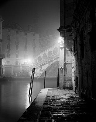 Rialtobrücke am Canal Grande im Nebel - p1493m1584581 von Alexander Mertsch