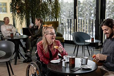 Friends talking in cafe - p312m2262806 by Plattform