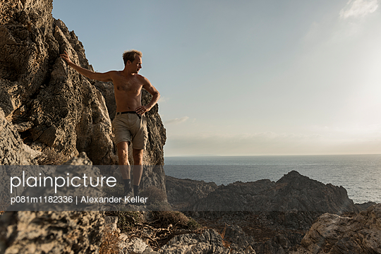 Bergsteigen am Meer - p081m1182336 von Alexander Keller