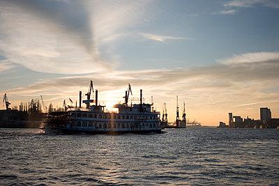 Hamburger Mississippidampfer im Abendlicht - p117m2031520 von Katja Nitsche