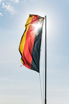 Deutschlandflagge im Gegenlicht - p171m1198686 von Rolau