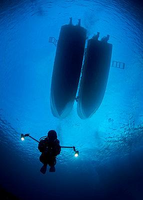 Palau, scuba diver with lamps - p300m1059113f by Torsten Velden