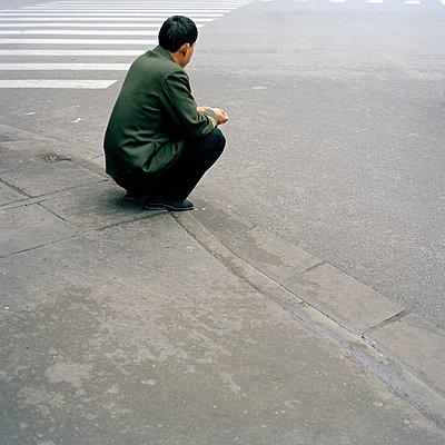 Mann am Straßenrand - p949m658098 von Frauke Schumann