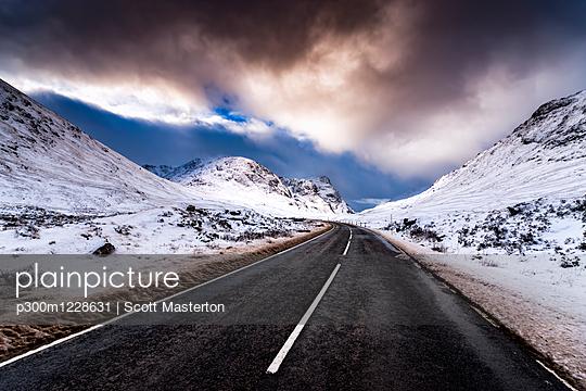 UK, Scotland, Glencoe, A92 road in winter - p300m1228631 by Scott Masterton