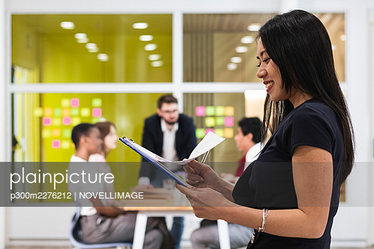 Barcelona, Spain. Group of colleagues working in office. Business people, working, multiracial, coworking, workplace, technology, creative professional, multicultural, office worker, creative industry, economy. - p300m2276212 von NOVELLIMAGE