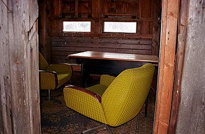 Sessel in der Hütte - p0890004 von Gerd Olma