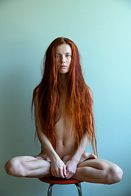 Naked red-haired woman, portrait - p427m2210588 by Ralf Mohr