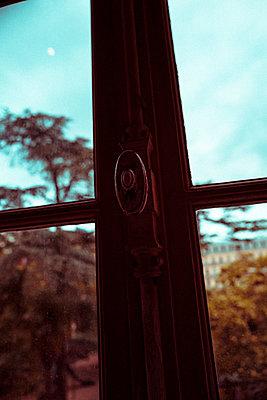 Blick aus dem Fenster  - p432m1586033 von mia takahara